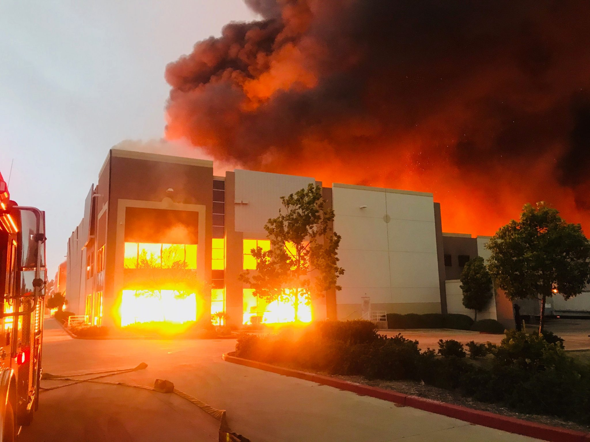 Un incendio se registró en un centro de distribución de Amazon en California, Estados Unidos.